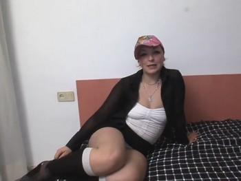 Llama a su novio mientras la follan. Andrea, la chica de la limpieza graba porno.